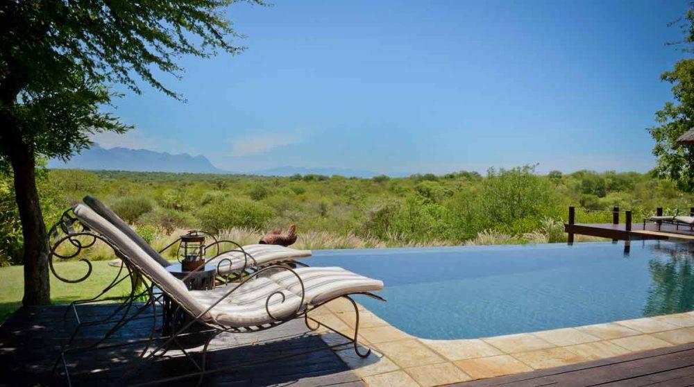 La piscine de l'hôtel Khaya Ndlovu Manor House