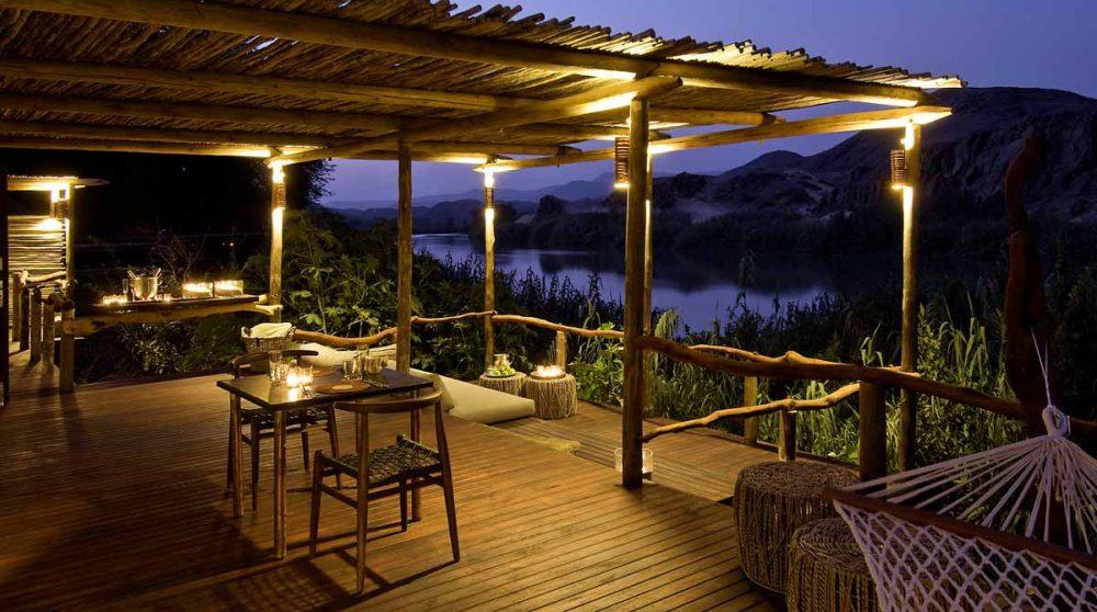 Vue nocturne de la terrasse en Namibie
