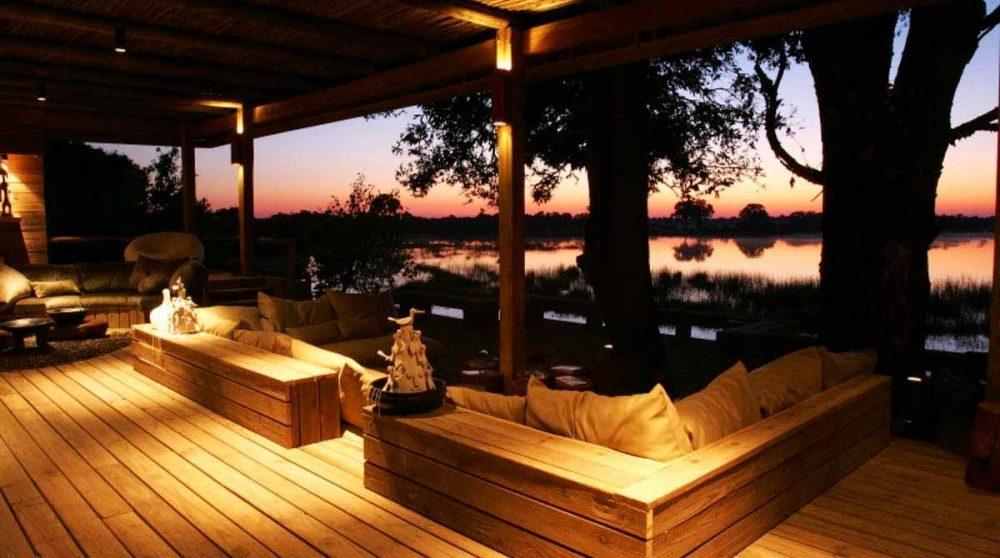 La terrasse éclairée de nuit au Botswana