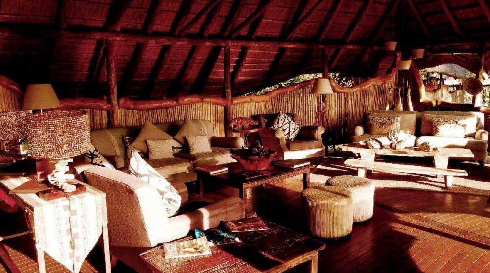 Le lounge baigné de soleil dans le Delta de l'Okavango