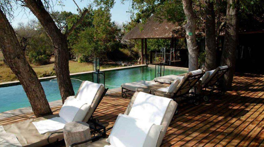 Chaises longues au bord de la piscine du Chitwa Chitwa