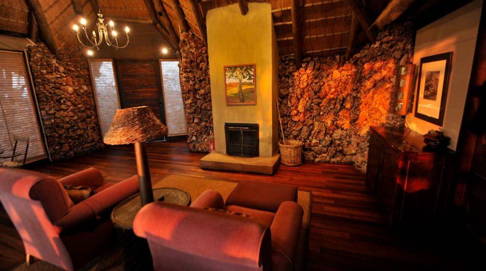 Salon avec cheminée au Little Ongava