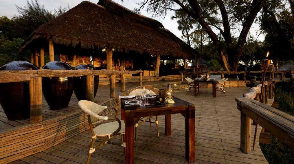 La terrasse à l'heure du dîner au Mombo camp