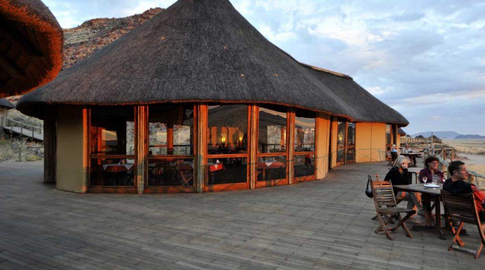 La terrasse du restaurant le soir en Namibie