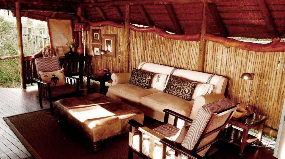Les confortables canapés du lounge