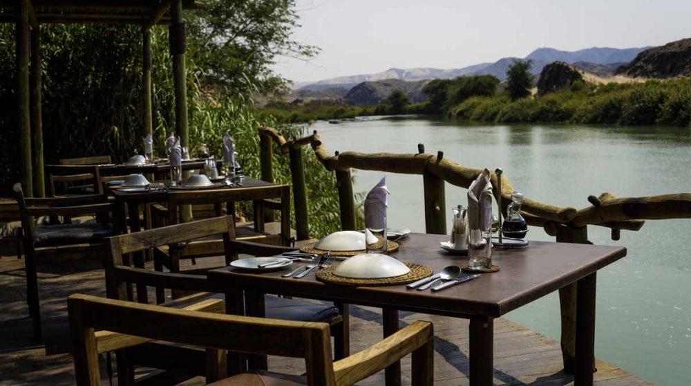 Déjeuner face à la rivière