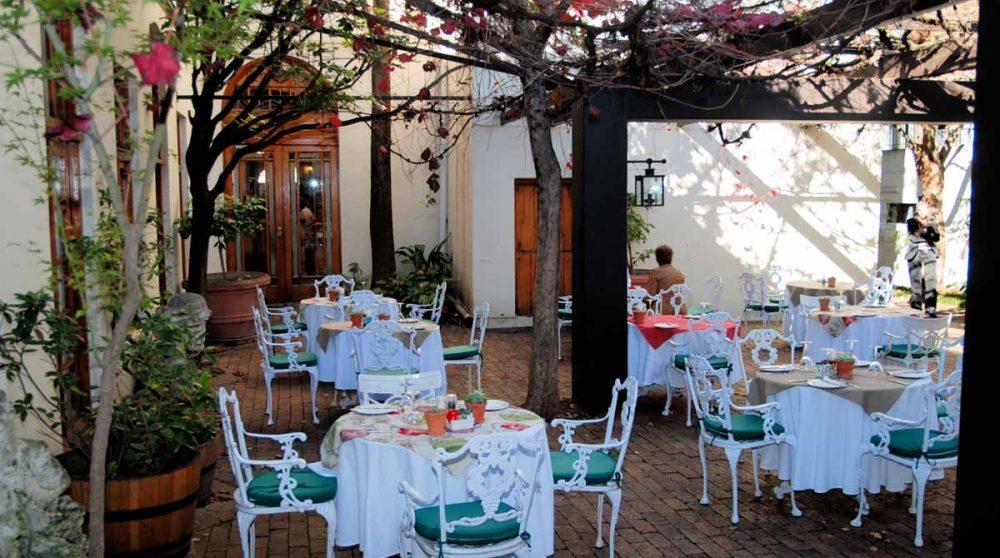 Le restaurant dans la cour intérieure à Stellenbosch