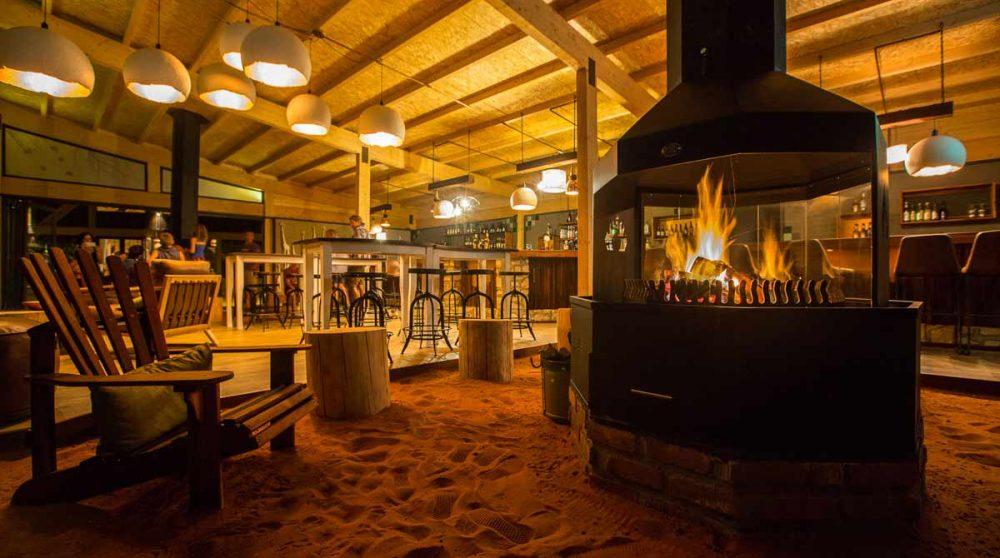 La cheminée au bar dans le désert du Kalahari
