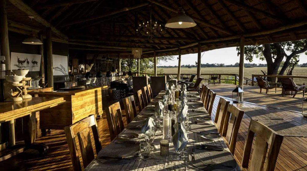 Belle table dressée pour le dîner