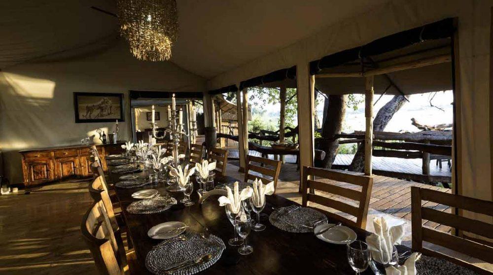 La table dressée pour le dîner