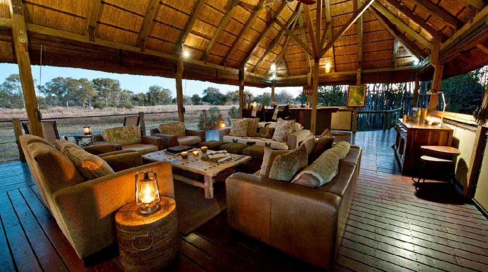 Le lounge à la lueur des bougies au Chitabe Lediba