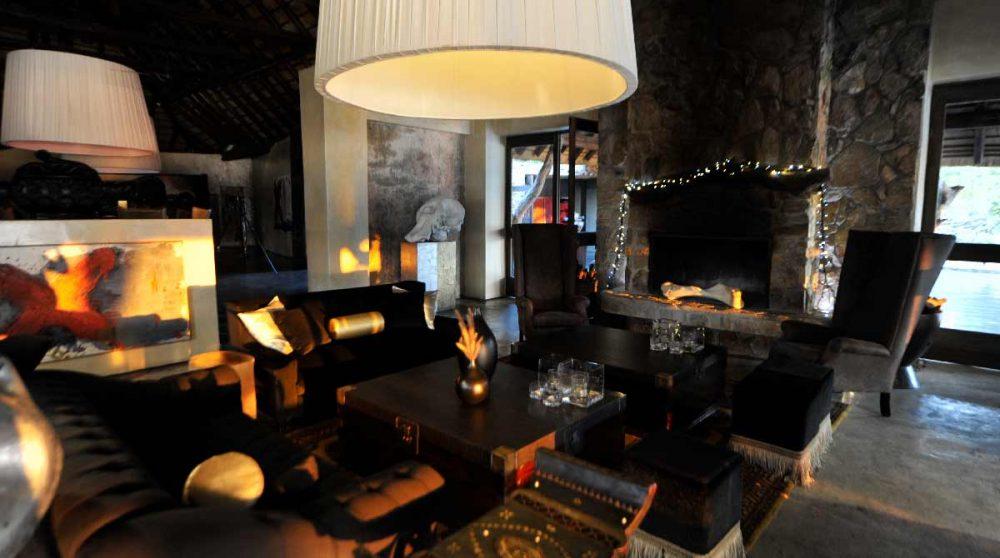 Salon avec une cheminée au Chitwa Chitwa