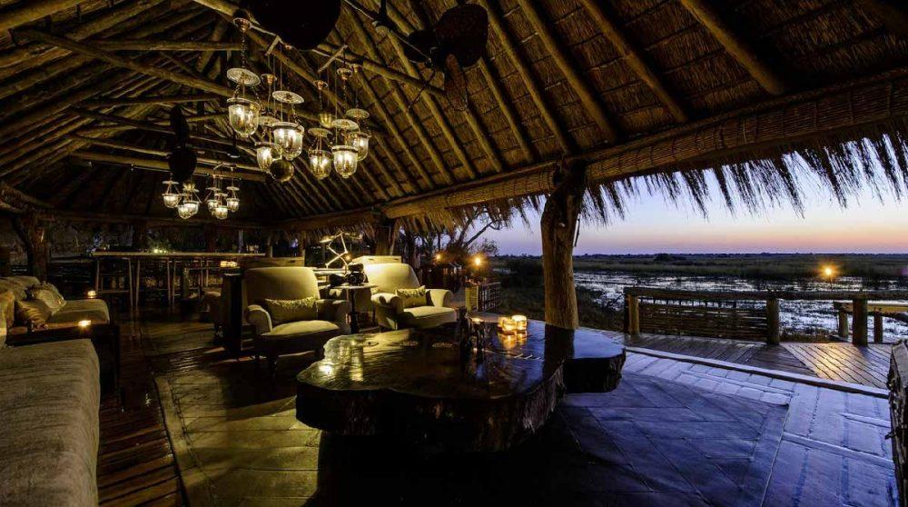 Le lounge aux lumières tamisées au Mombo camp