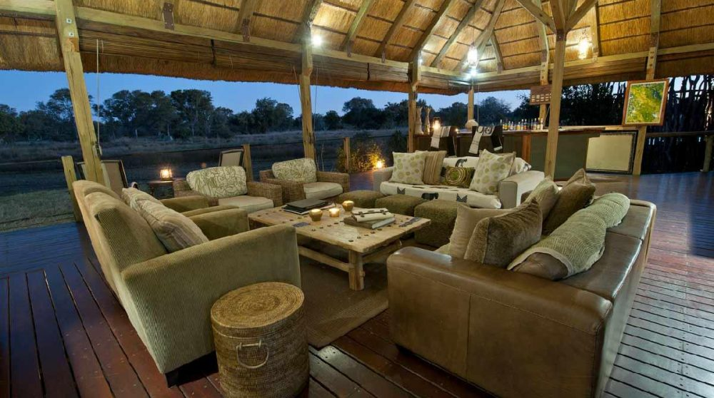 La nuit tombe sur le lounge au Botswana