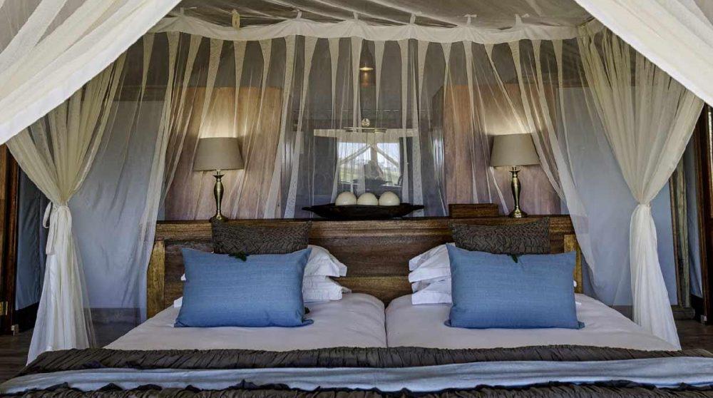 Le confortable lit de l'une des tentes