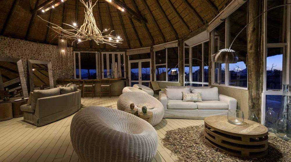 Vue nocturne du salon en Namibie