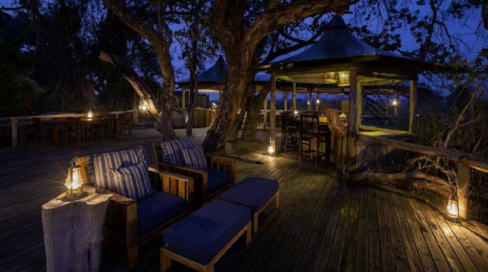 Le camp à la tombée de la nuit au Botswana