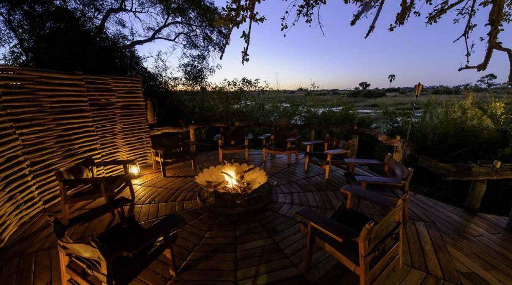 Au coin du feu près du boma au Botswana