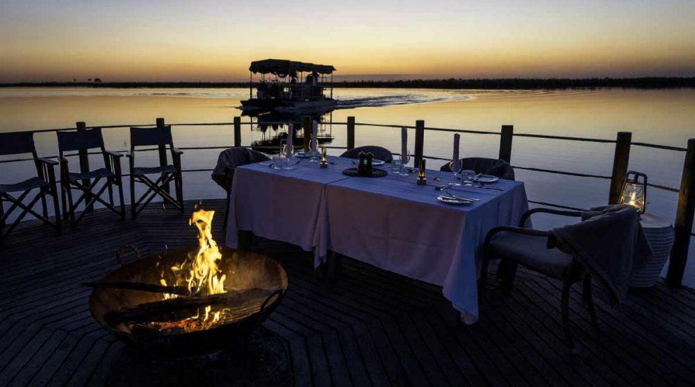 Dîner au coin du feu dans le Delta de l'Okavango