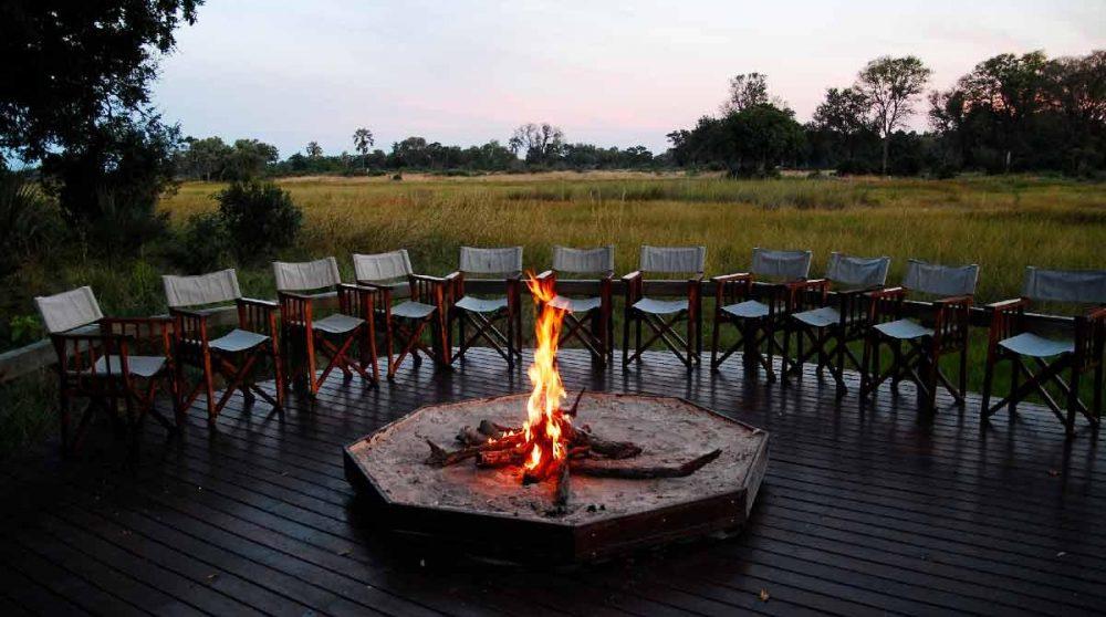 Feu de camp à la tombée de la nuit dans le Delta de l'Okavango