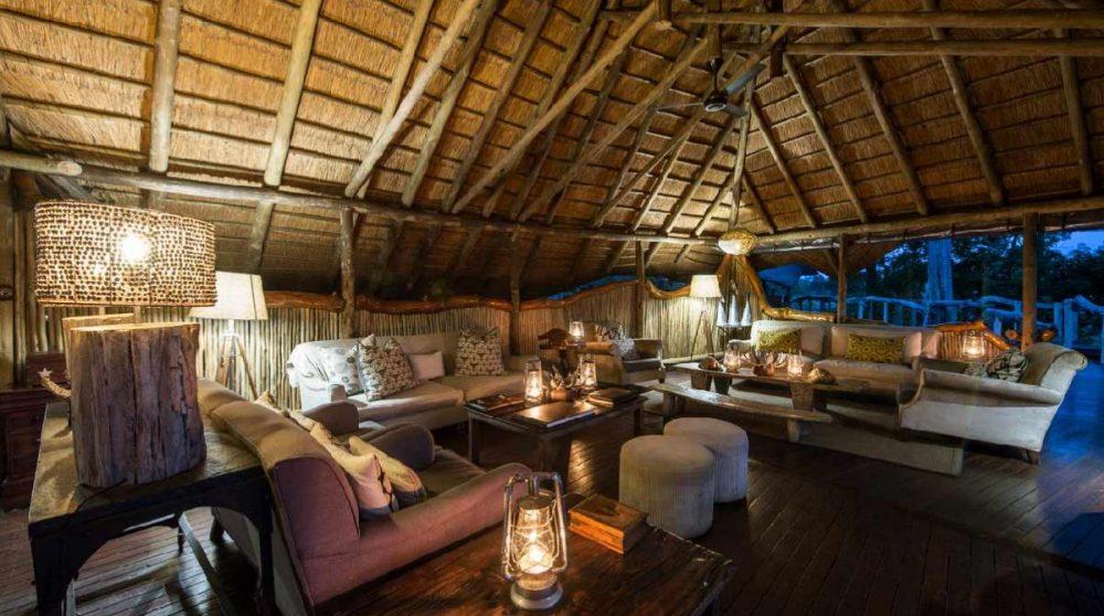 Le lounge à la tombée de la nuit dans le Delta de l'Okavango