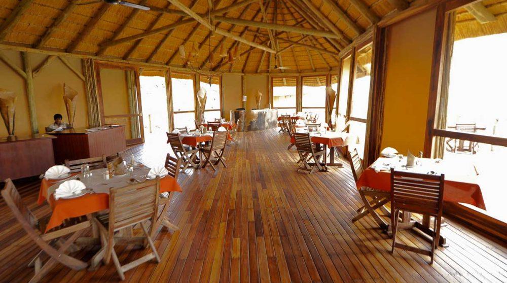 Tables pour déjeuner au restaurant dans le désert du Namib