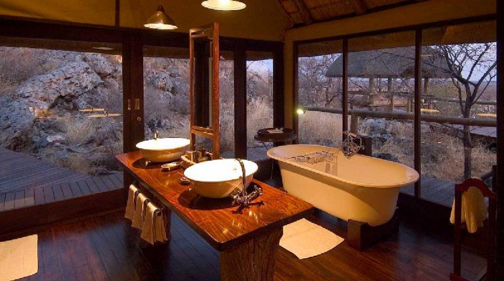 La salle de bains avec sa baignoire