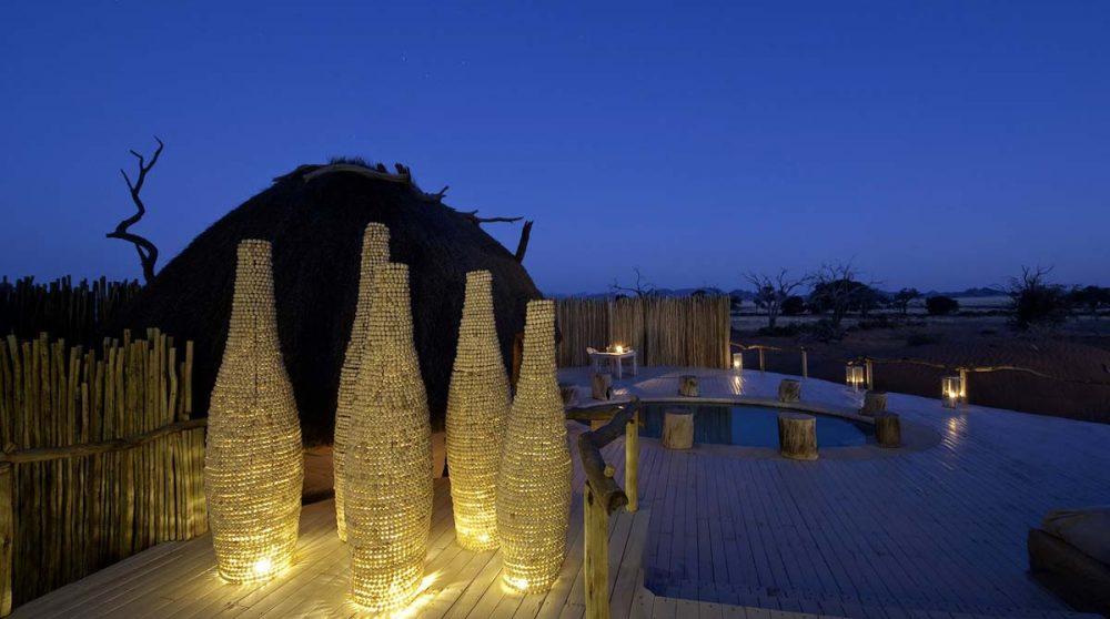 La piscine éclairée de nuit