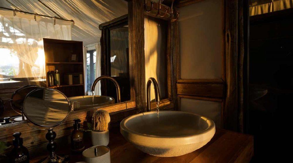 Le lavabo de l'une des tentes au Botswana