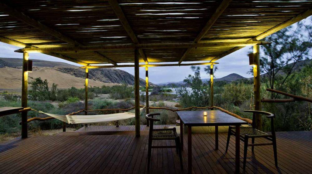 Terrasse avec vue sur la rivière en Namibie