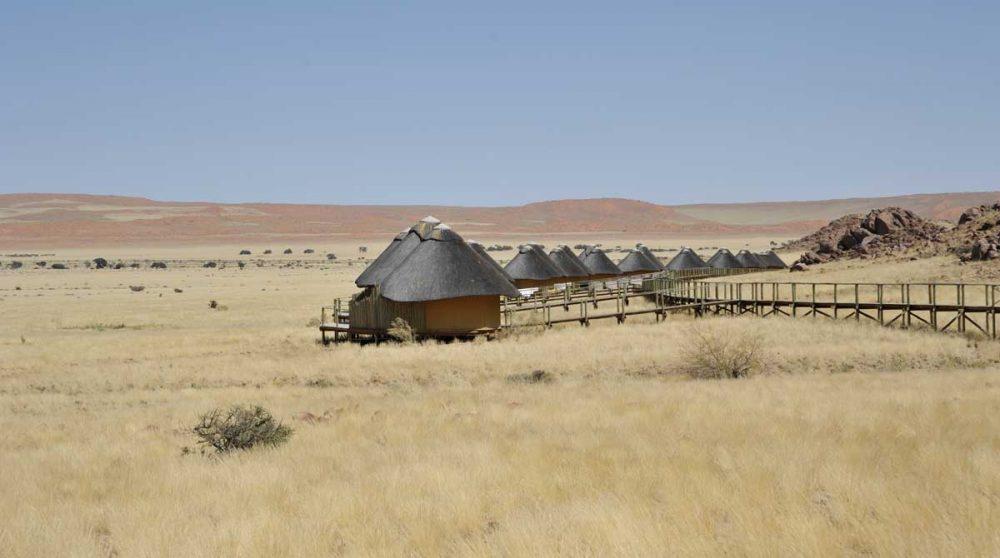 Un lodge vue de loin dans la nature en Namibie