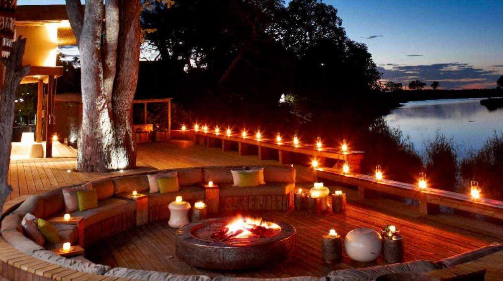 La terrasse à la lueur des bougies au Botswana