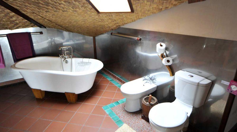 Une salle de bains avec baignoire