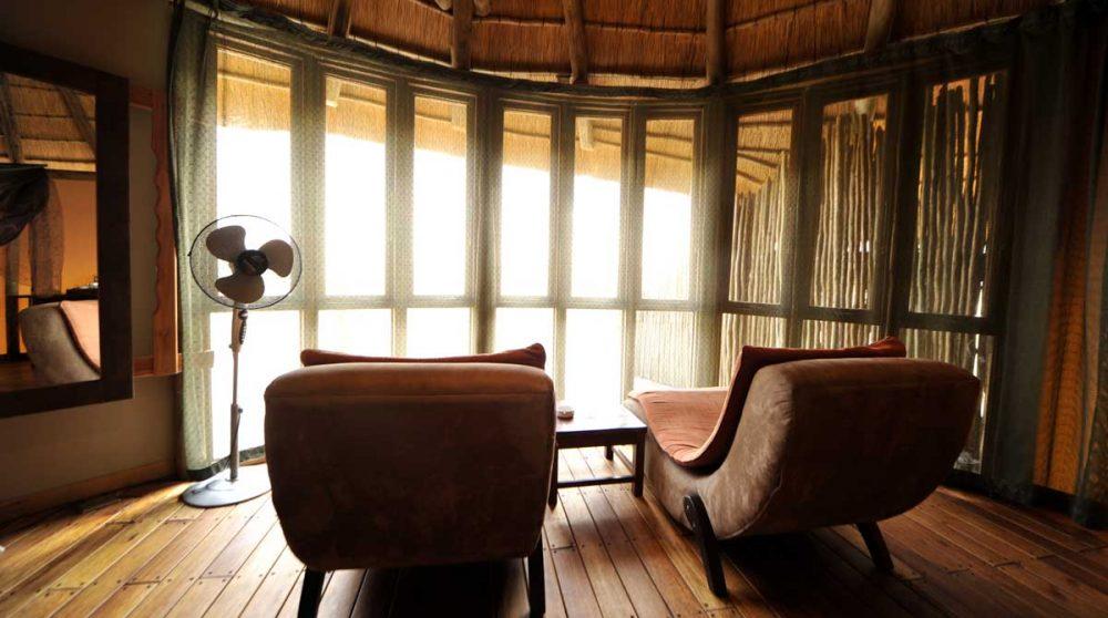 Fauteuils dans une chambre au Sossus Dune Lodge