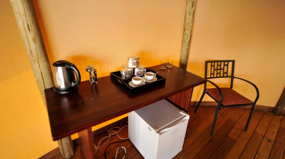 Minibar et bouilloire dans une chambre