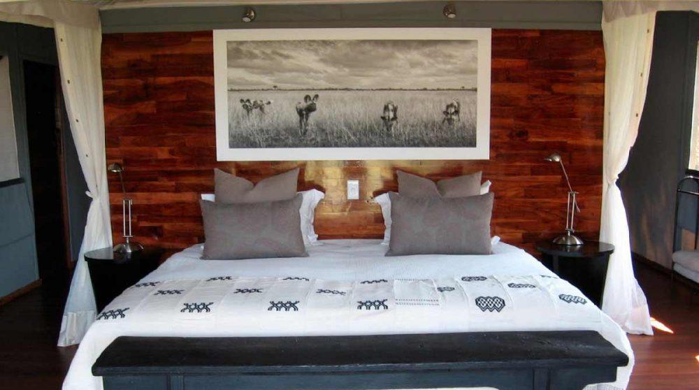 Le lit douillet dans l'une des tentes dans le Delta de l'Okavango