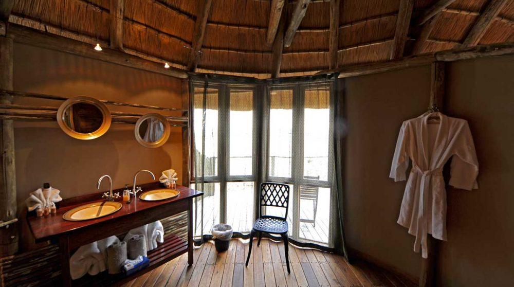 Une salle de bains au Sossus Dune Lodge