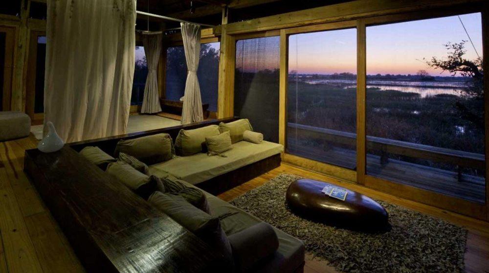 Le salon dans une villa le soir dans le Delta de l'Okavango
