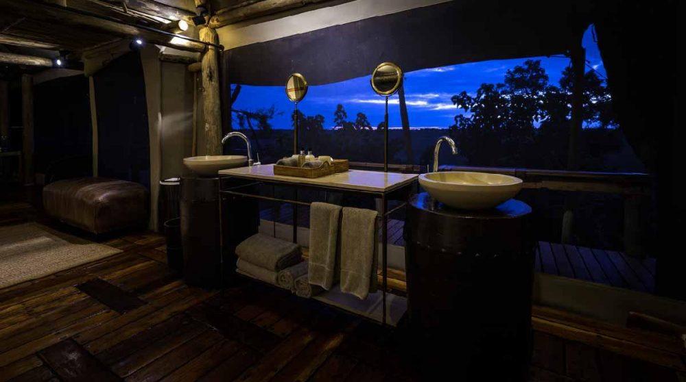La salle d'eau à la tombée de la nuit dans le Delta de l'Okavango
