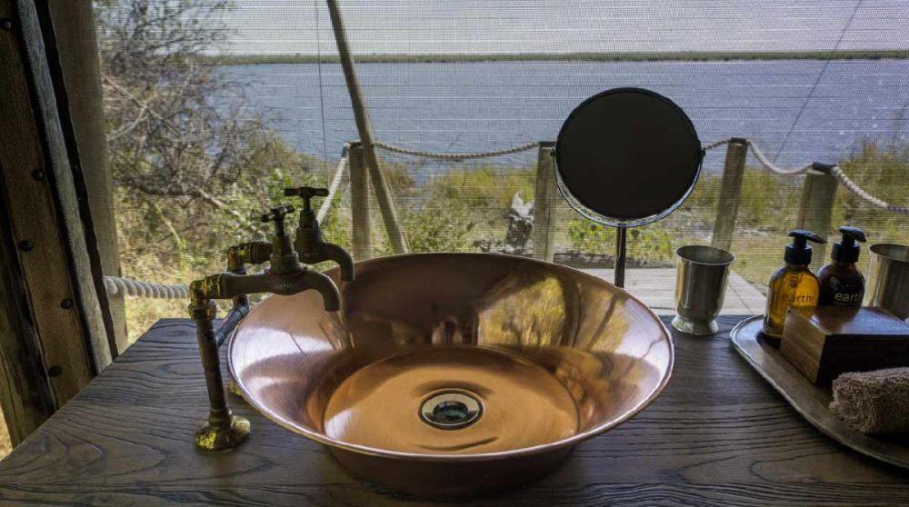 Lavabo en cuivre face au lagon