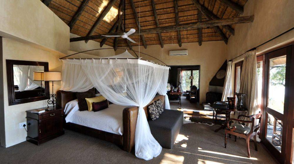 Chambre avec un lit à baldaquin à Sabi Sand