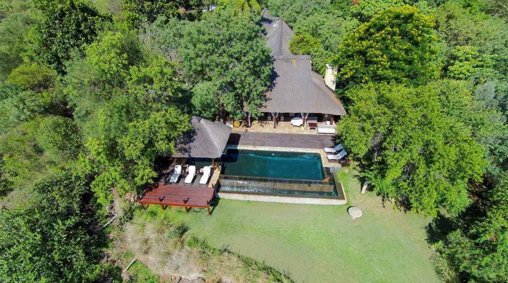 Vue du ciel de la piscine et du bâtiment principal dans le Mpumalanga