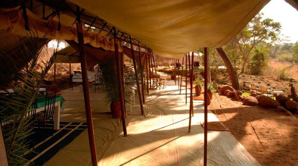 Un salon sous une tente au Kenya