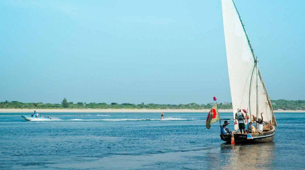 Un bateau arrivant sur l'île au Kenya