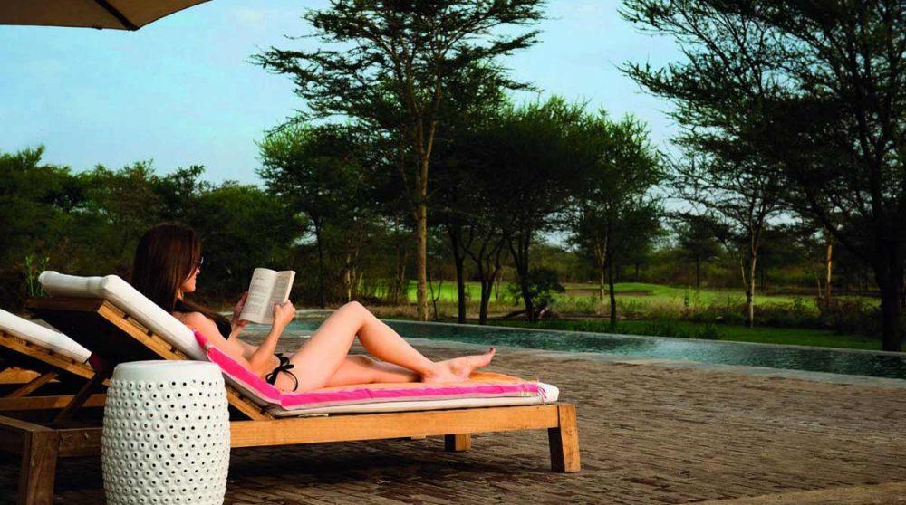 Repos devant la piscine en Tanzanie