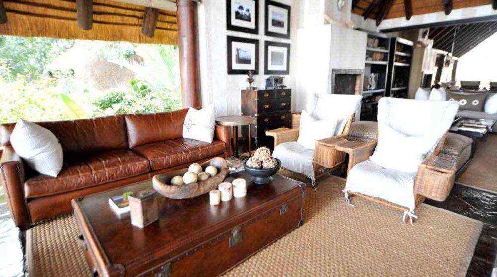 Canapé et fauteuils du salon près du parc Kruger