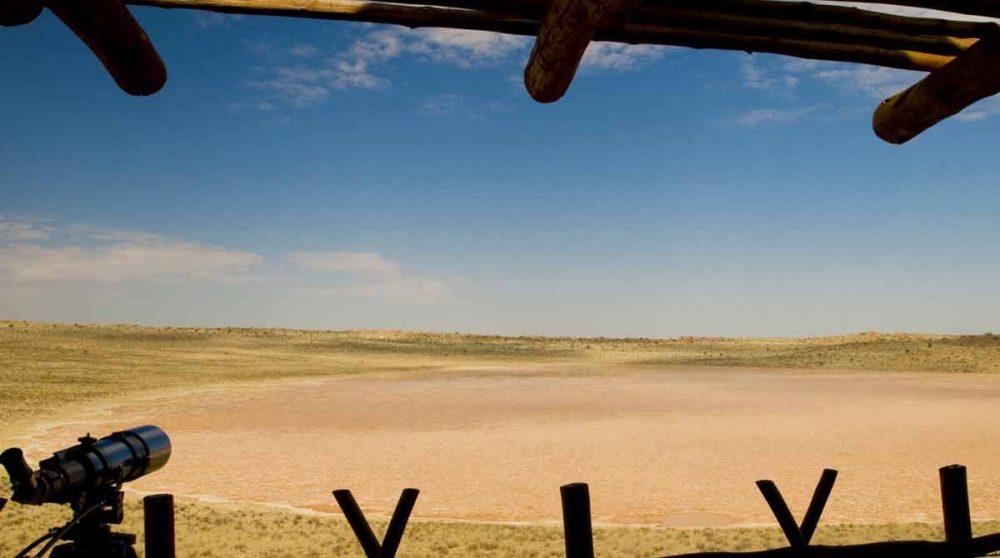 La vue sur la pan et son point d'eau dans le Kalahari