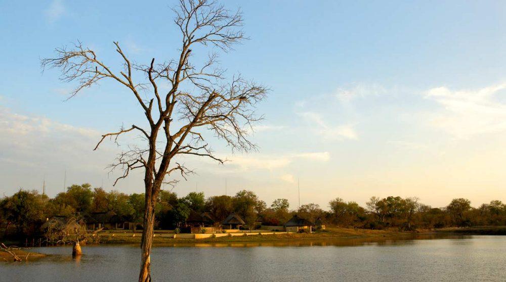 Vue sur le lac depuis l'hôtel à Sabi Sand