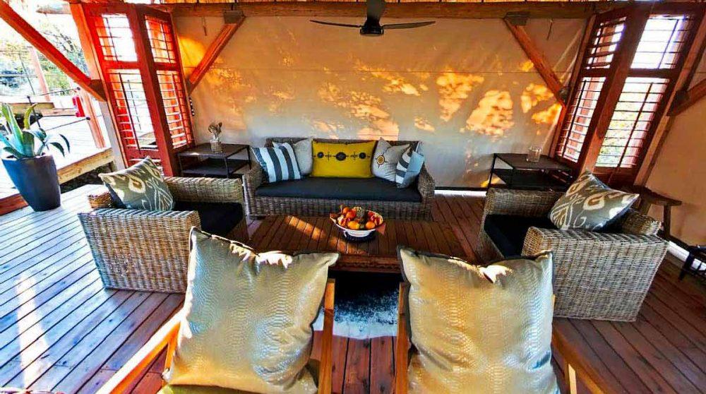 Espace détente dans le salon en Namibie