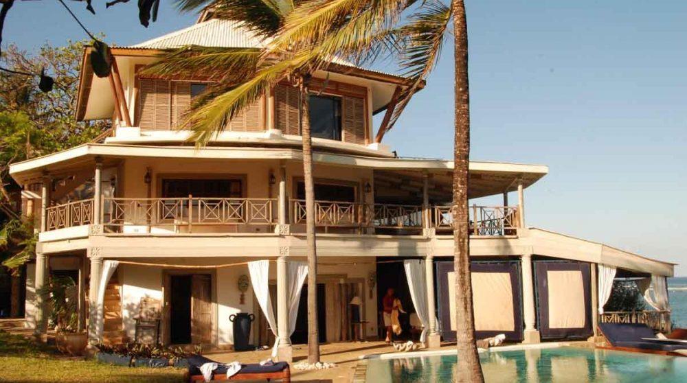 La façade de la villa ensoleillée au Kenya